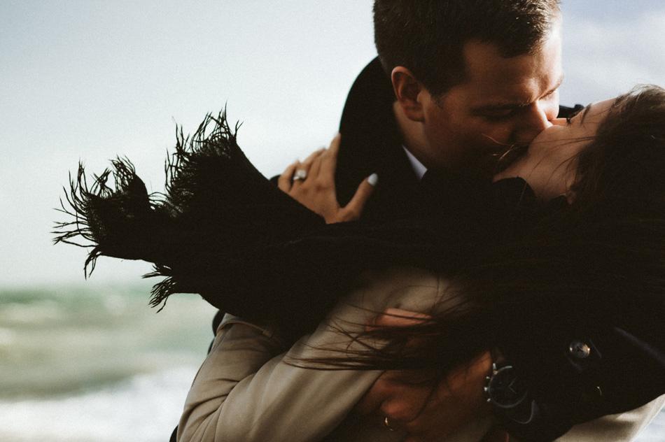 Sesja w wietrzny dzień, ramantyczny pocałunek