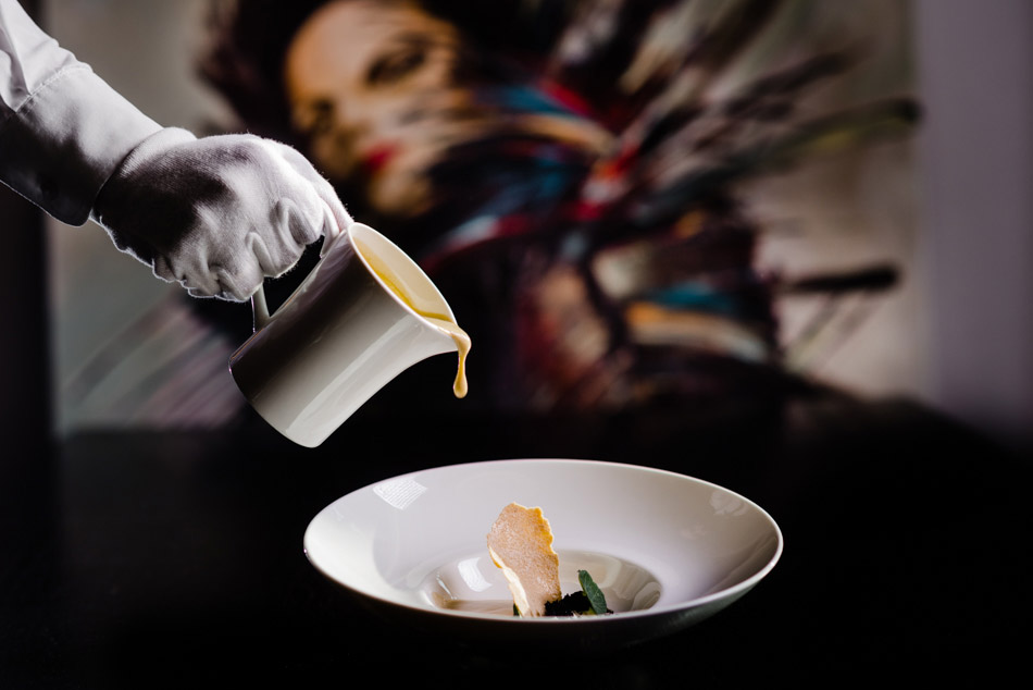 nalewanie kremu w bielskiej restauracji