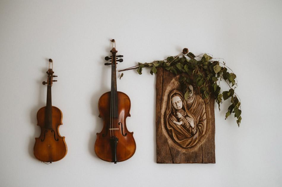 Zdjęcia skrzypiec wiszących na ścianie