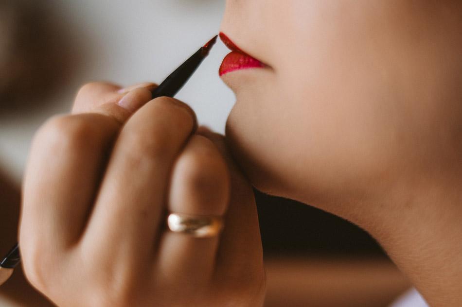 malowanie ust przed ceremonią ślubną