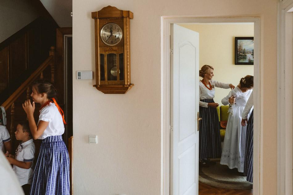 ubieranie panny młodej do górlskiego ślubu