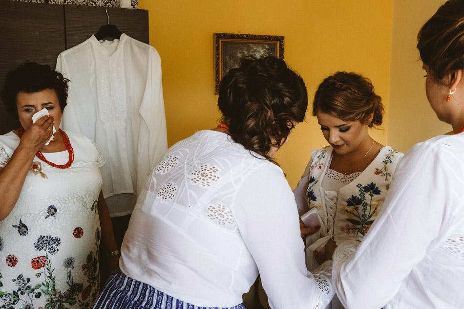 naturalne zdjęcia ślubne podczas przygotowan panny młodej