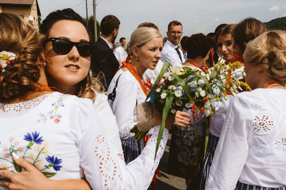 goście weselni przed ceremonią ślubną