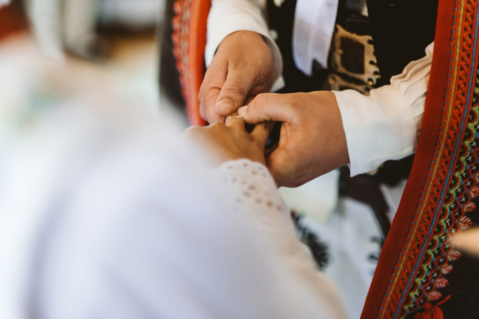 zakładanie obrączek ślubnych w kościele