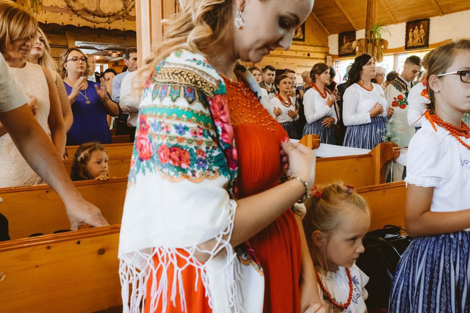 goście ślubni w kościele podczas folkowej ceremonii