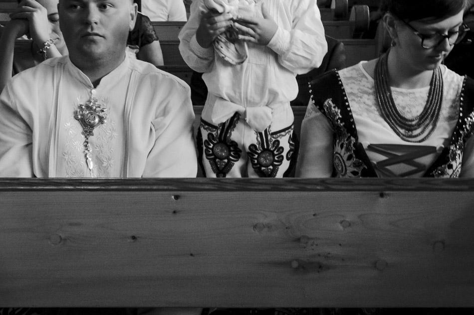 Goście w strojach góralskich w kościele na ślubie