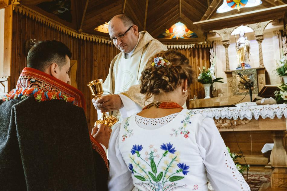 komunia święta podczas mszy świętej ślubnej
