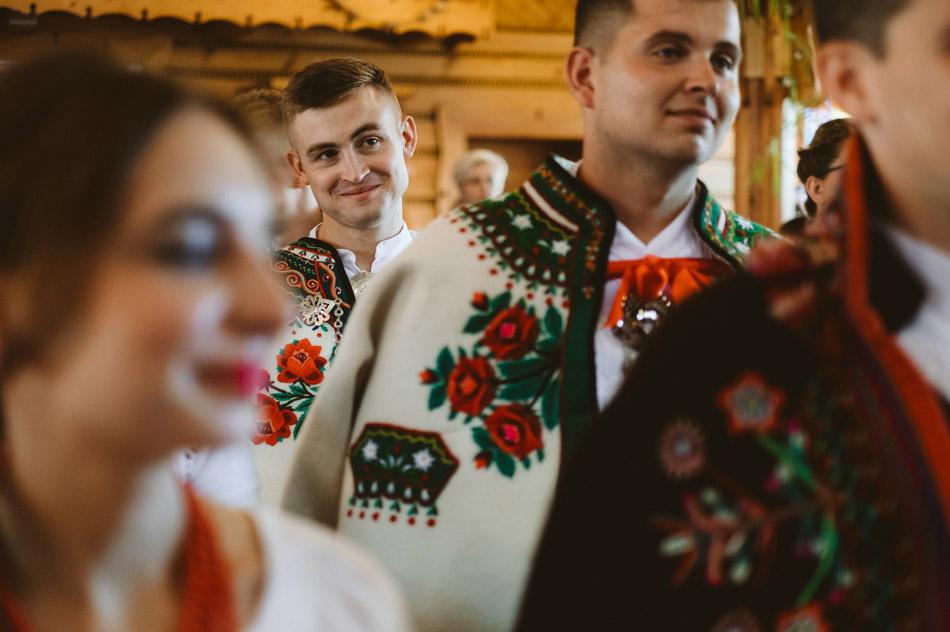 goście weselni na mszy świętej podczas ślubu