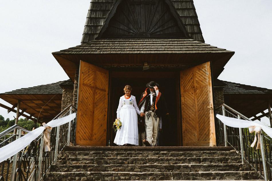 folkowe wyjście z kościoła po mszy ślubnej
