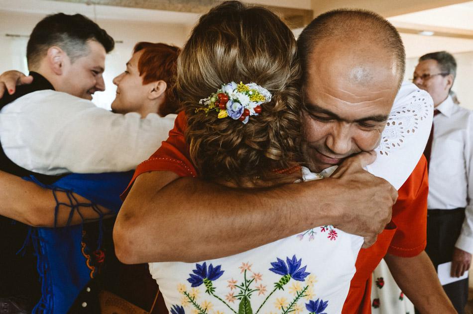 naturalne zdjęcia ślubne podczas życzeń