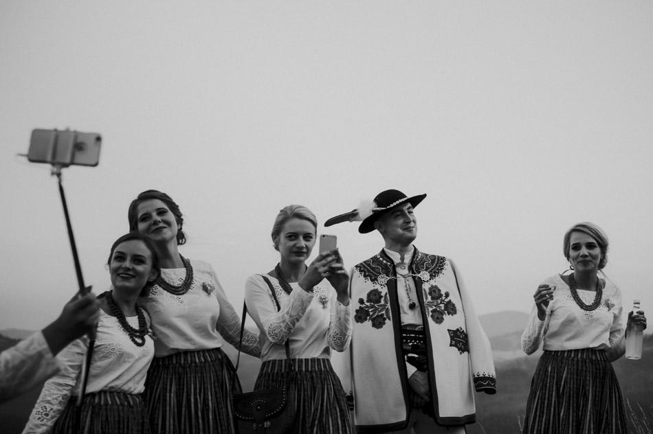 goście z aparatami na weselu