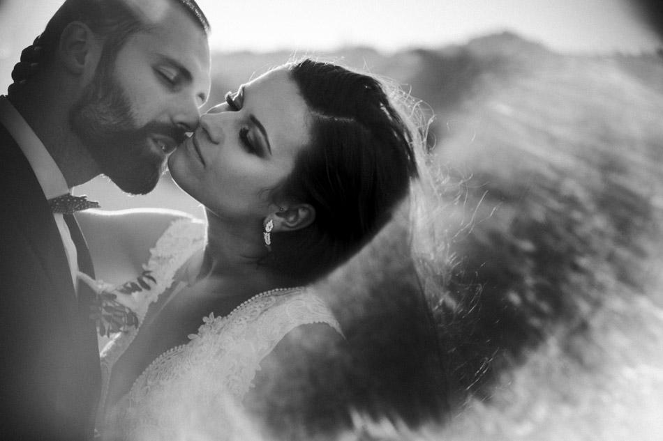 pocałunek pary młodej podczas sesji ślubnej