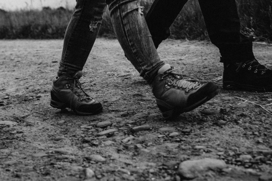 buty turystów na szlaku