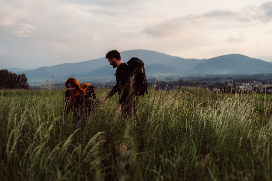 para spacerująca po łące