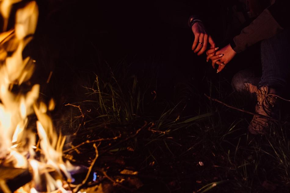 dłonie splecione przy ognisku