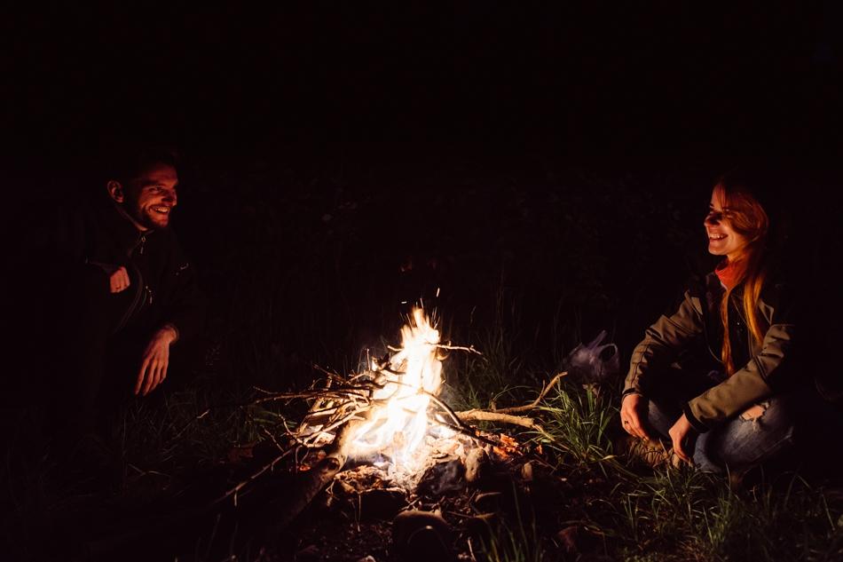 portrety narzeczonych przy ognisku w górach