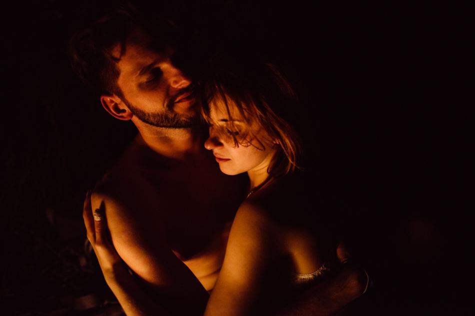 romantyczna sesja przy ognisku