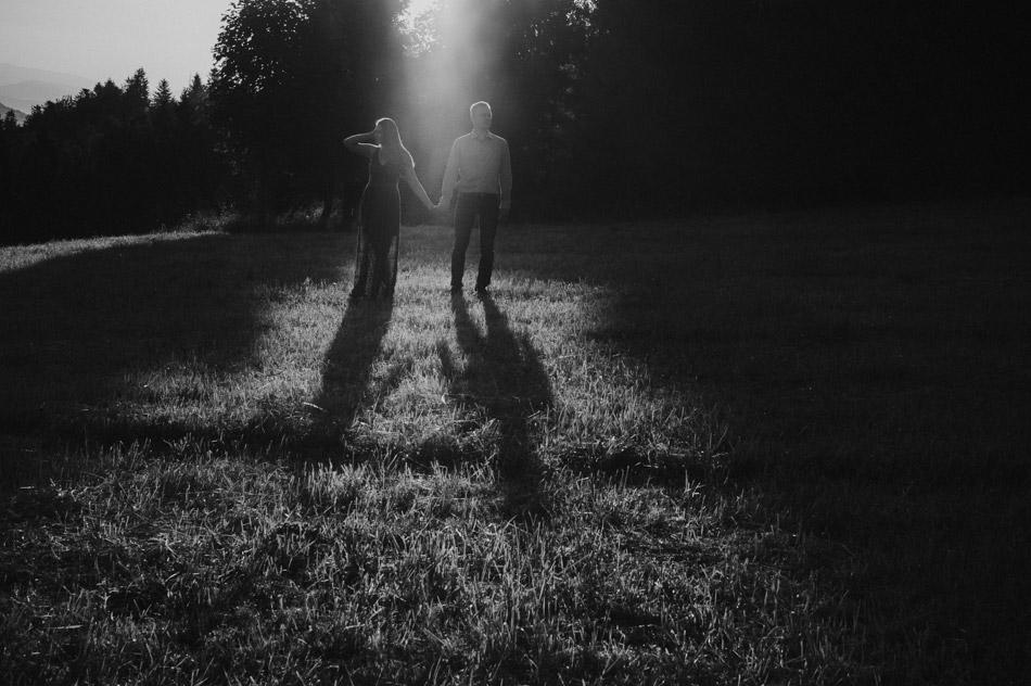 zakochana para o wschodzie słońca w lesie